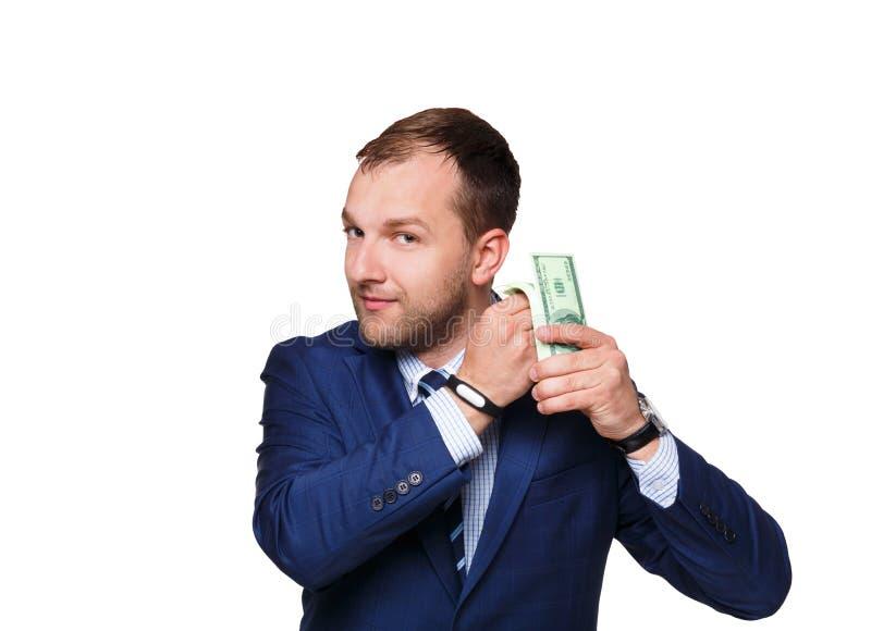 Hombre de negocios joven sonriente que sostiene el dinero aislado en el fondo blanco, primer fotografía de archivo