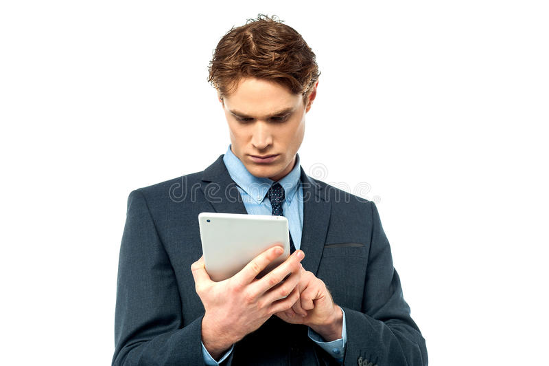 Hombre de negocios joven sonriente usando panel táctil imagen de archivo libre de regalías