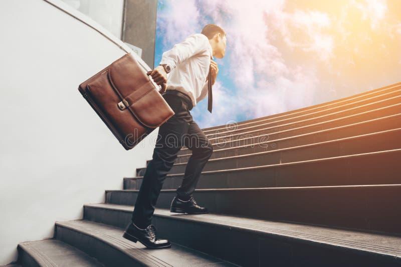 Hombre de negocios joven upstair en pasos al futuro imagen de archivo libre de regalías