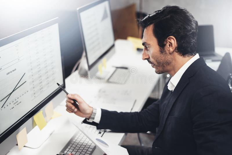 Hombre de negocios joven usando el ordenador en el lugar de trabajo Encargado experimentado profesional horizontal Fondo enmascar fotos de archivo