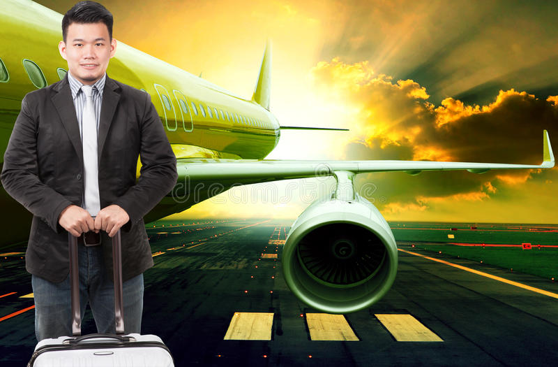 Hombre de negocios joven y equipaje que viaja que se colocan delante del PA imágenes de archivo libres de regalías