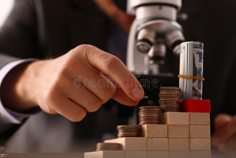Hombre de negocios de la mano en cuarto del control del traje imágenes de archivo libres de regalías