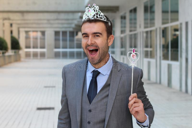 Hombre de negocios lindo que lleva una corona de la princesa foto de archivo libre de regalías