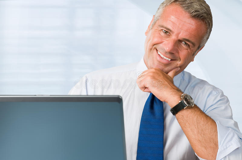 Hombre de negocios maduro acertado feliz imagen de archivo