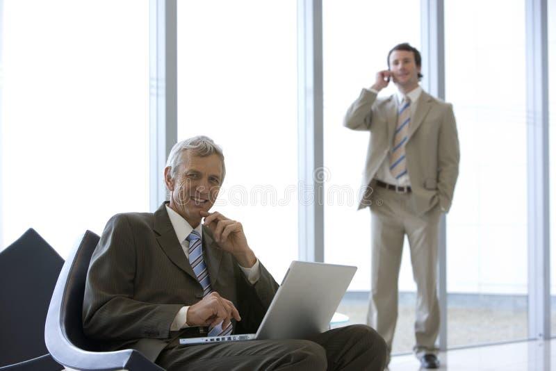 Hombre de negocios maduro asentado fotos de archivo