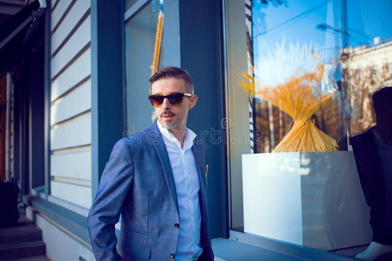Hombre de negocios maduro elegante en la calle imagen de archivo libre de regalías