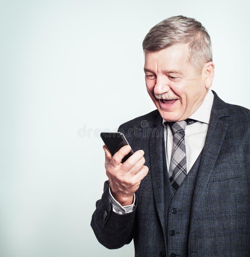 Hombre de negocios maduro Making del hombre mayor una llamada de teléfono y una diversión el tener imágenes de archivo libres de regalías