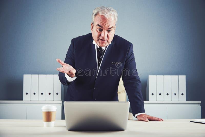 Hombre de negocios maduro que habla usando la charla video imágenes de archivo libres de regalías