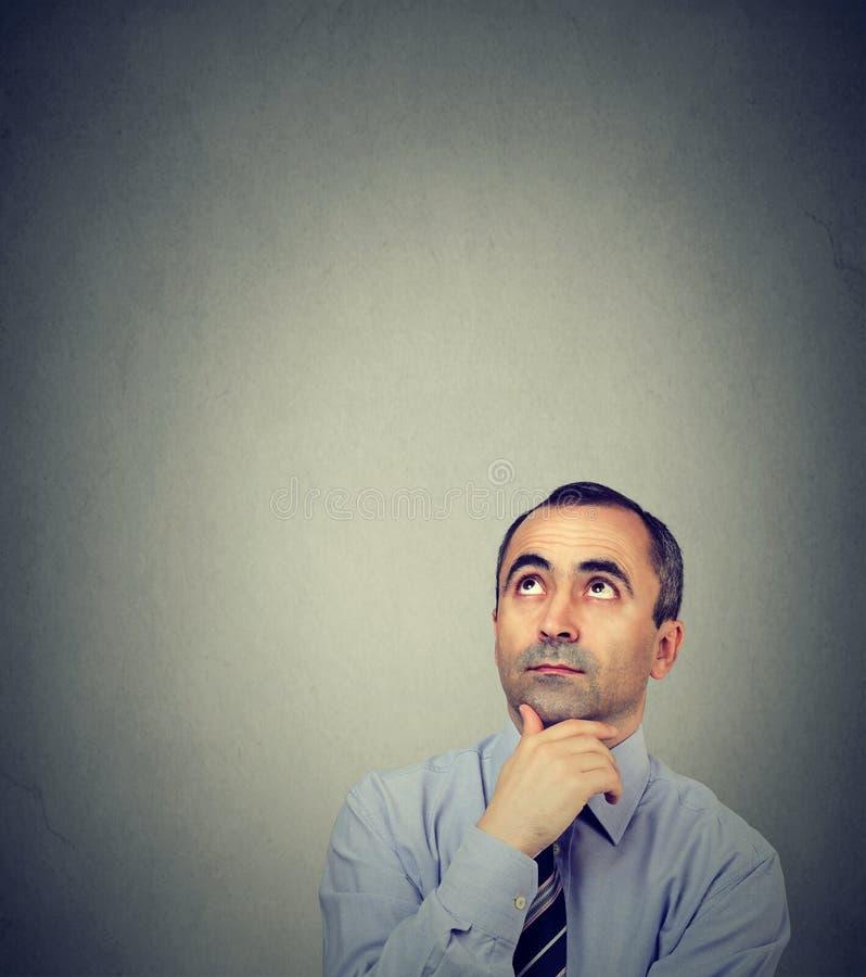 Hombre de negocios maduros pensativo que mira para arriba fotografía de archivo libre de regalías