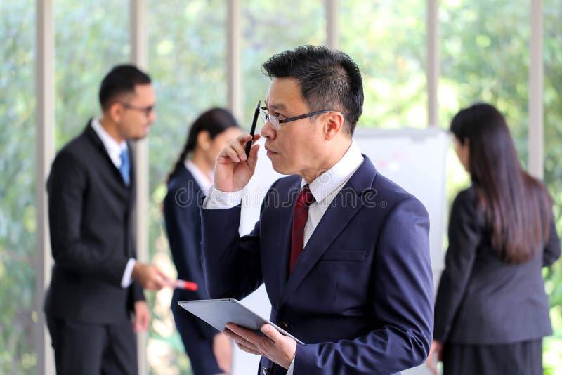 Hombre de negocios mayor Asia con la discusión de la reunión de unidad de negocio fotos de archivo libres de regalías