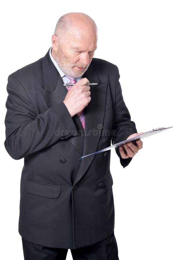 Hombre de negocios mayor con el tablero en fondo en el fondo blanco foto de archivo libre de regalías