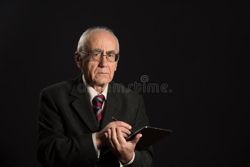 Hombre de negocios mayor con PC de la tableta imagen de archivo