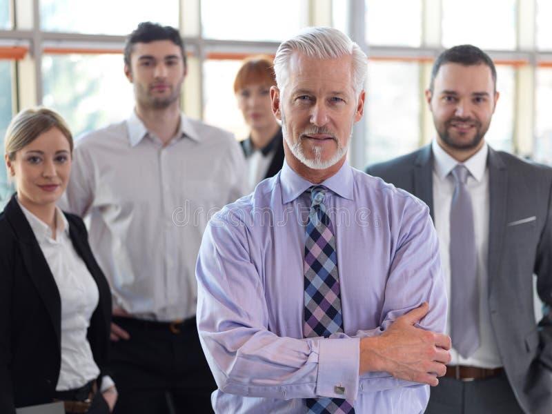 Hombre de negocios mayor con su equipo en la oficina imagen de archivo libre de regalías