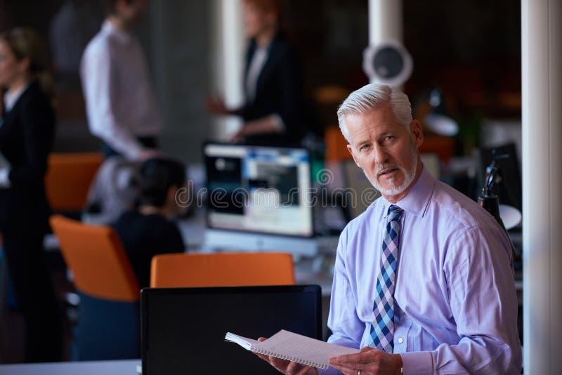 Hombre de negocios mayor con su equipo en la oficina foto de archivo libre de regalías