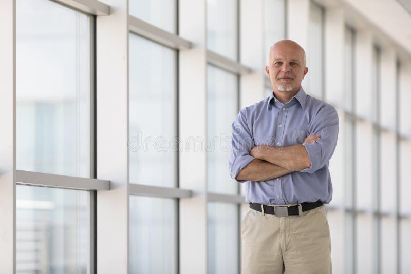 Hombre de negocios mayor confidente con los brazos plegables fotos de archivo libres de regalías