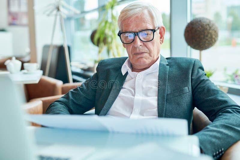 Hombre de negocios mayor en café imagen de archivo