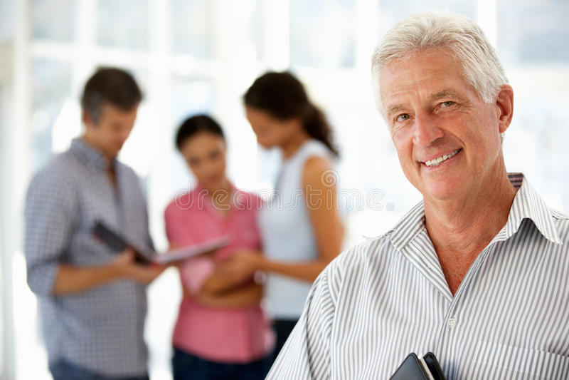 Hombre de negocios mayor en oficina imagen de archivo libre de regalías