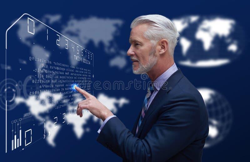 Hombre de negocios mayor en sitio futurista imagen de archivo