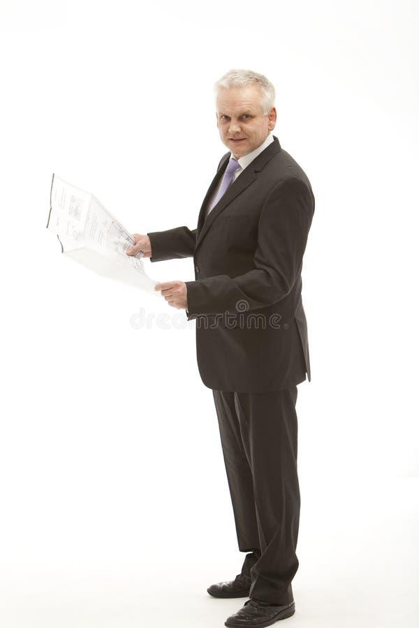 Hombre de negocios mayor en un juego con una opinión de plan. fotos de archivo