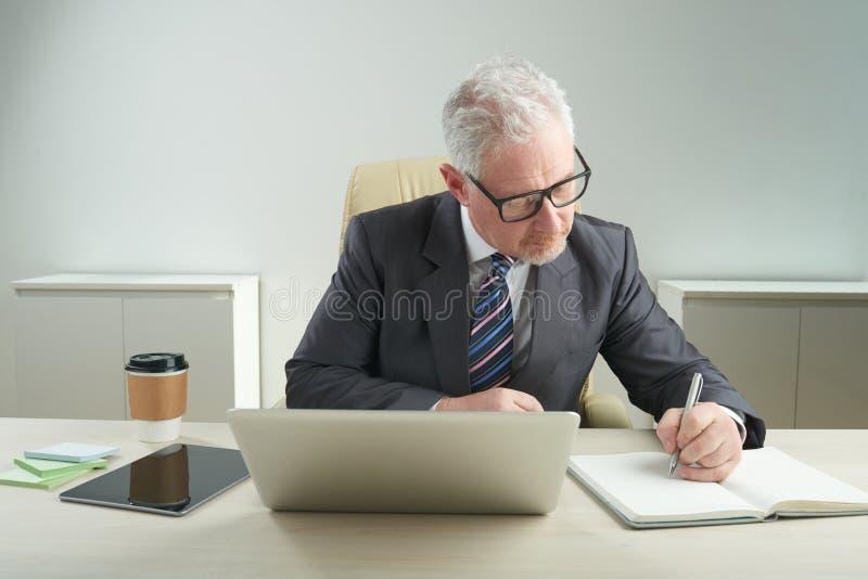 Hombre de negocios mayor Focused en trabajo fotos de archivo