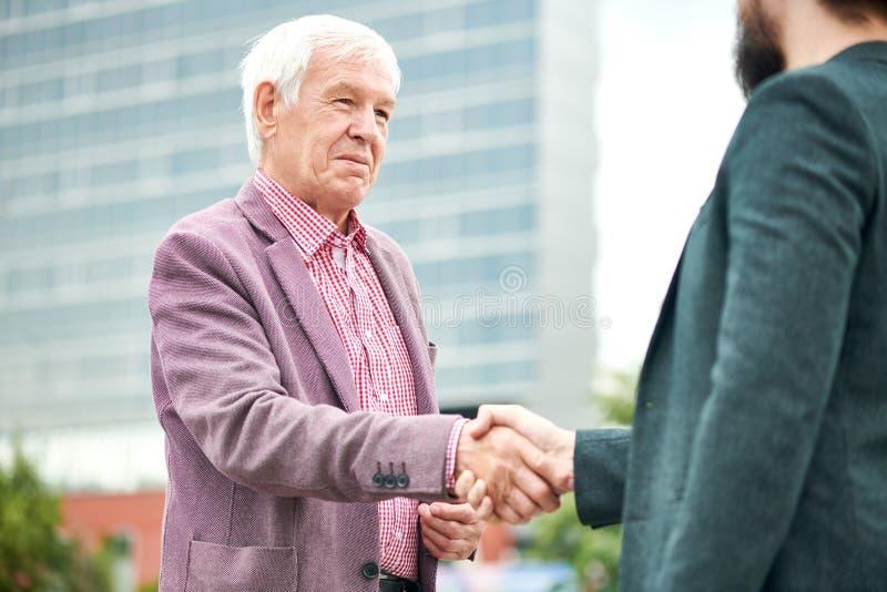 Hombre de negocios mayor Greeting Partner foto de archivo libre de regalías