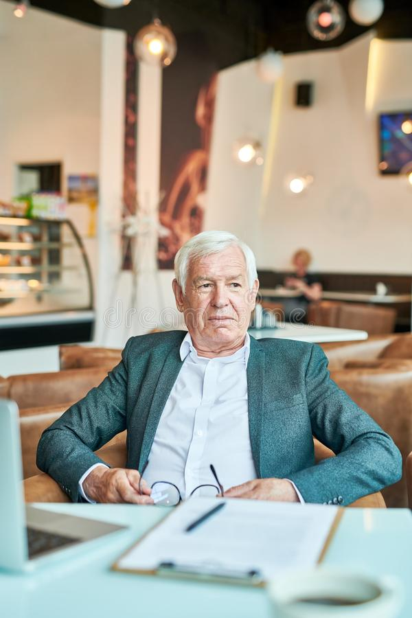 Hombre de negocios mayor moderno Relaxing en café imagen de archivo libre de regalías