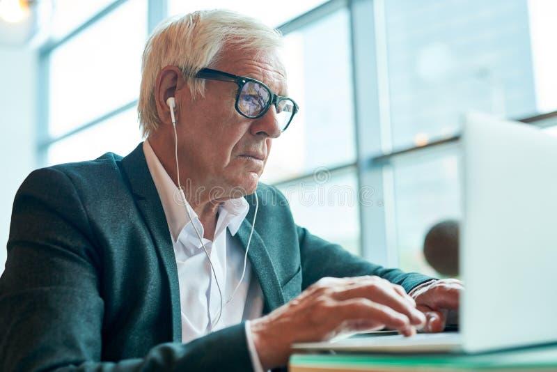 Hombre de negocios mayor moderno Using Laptop imagen de archivo