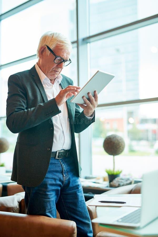 Hombre de negocios mayor moderno Using Tablet fotos de archivo