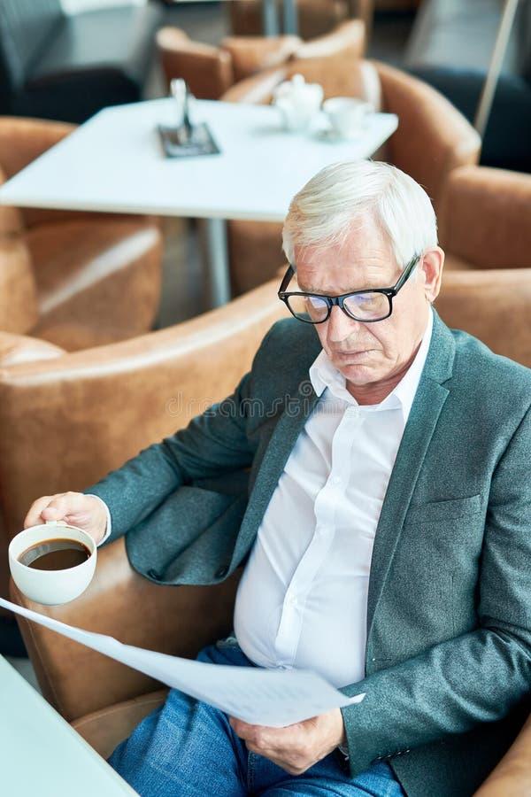 Hombre de negocios mayor moderno Working en café fotografía de archivo