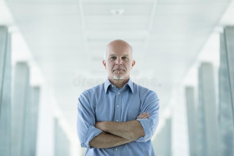 Hombre de negocios mayor pensativo serio imagen de archivo libre de regalías