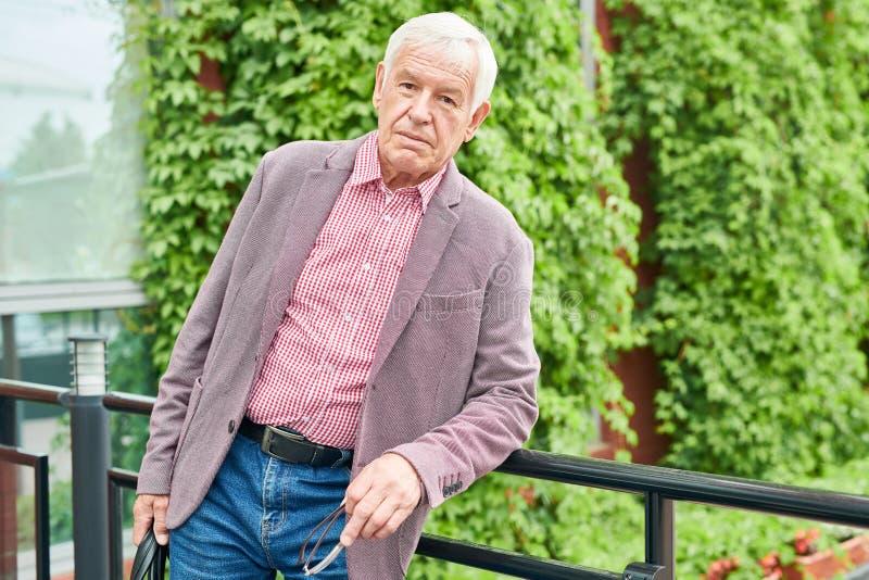 Hombre de negocios mayor Posing Outdoors fotos de archivo