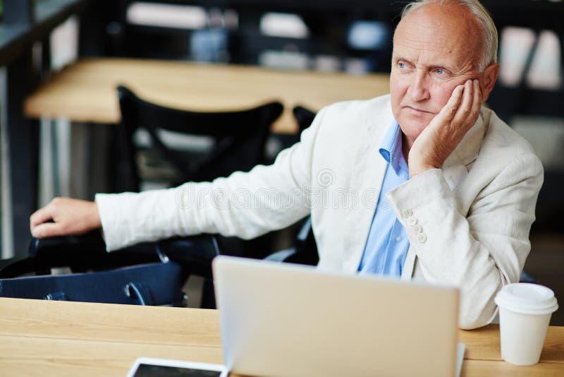 Hombre de negocios mayor preocupado fotos de archivo