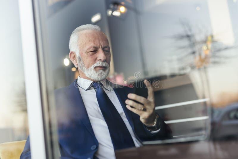 Hombre de negocios mayor que envía un correo electrónico fotos de archivo