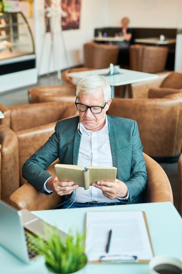 Hombre de negocios mayor Reading Book imagen de archivo