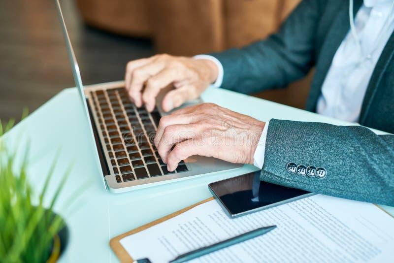 Hombre de negocios mayor Typing Close Up imagen de archivo