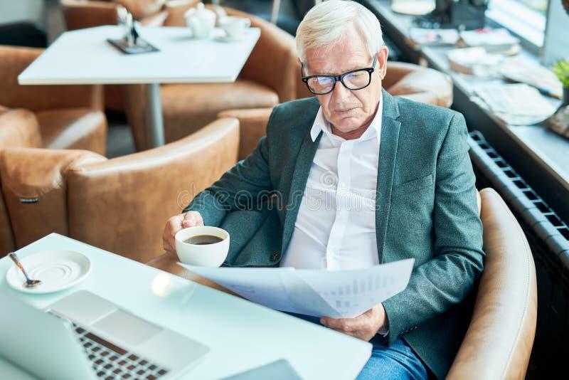 Hombre de negocios mayor Working en café foto de archivo