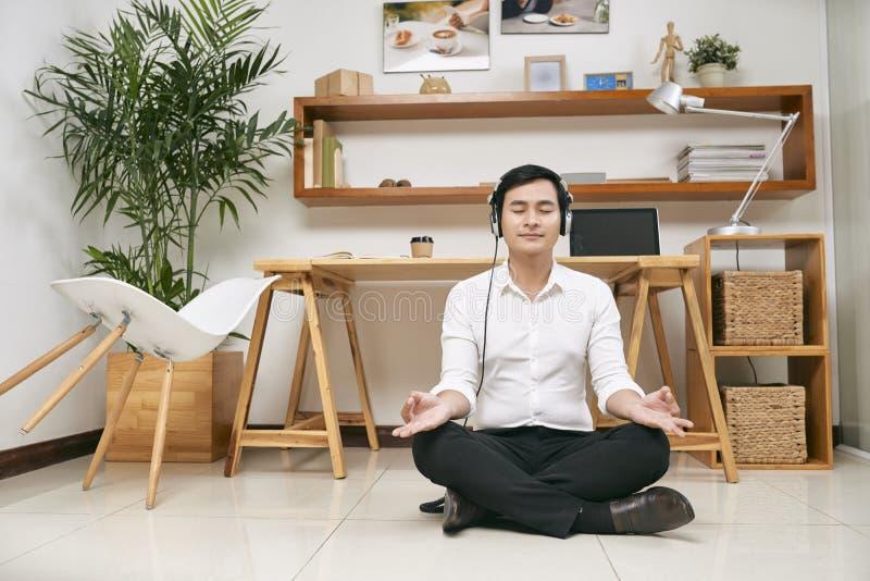 Hombre de negocios meditating en la oficina imágenes de archivo libres de regalías