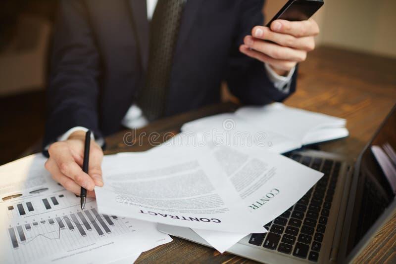Hombre de negocios moderno Analyzing Financial Paperwork fotografía de archivo libre de regalías
