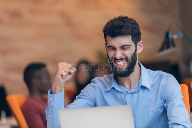 Hombre de negocios moderno caucásico barbudo joven que se sienta en una oficina de lanzamiento imagen de archivo libre de regalías