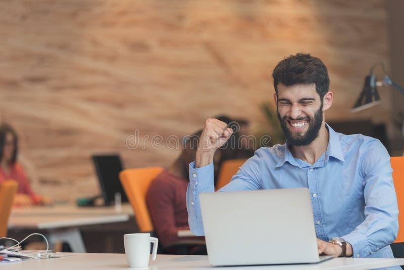 Hombre de negocios moderno caucásico barbudo joven que se sienta en una oficina de lanzamiento imágenes de archivo libres de regalías