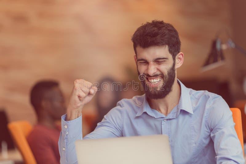 Hombre de negocios moderno caucásico barbudo joven que se sienta en una oficina de lanzamiento imagen de archivo