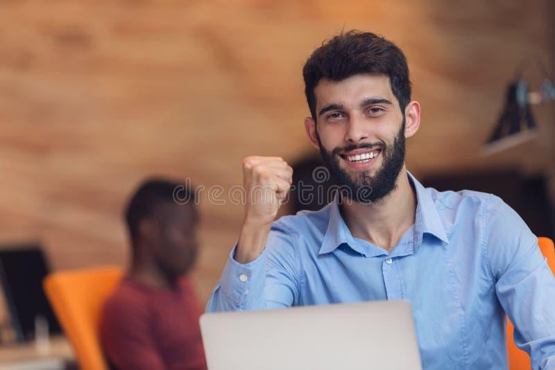 Hombre de negocios moderno caucásico barbudo joven que se sienta en una oficina de lanzamiento foto de archivo libre de regalías