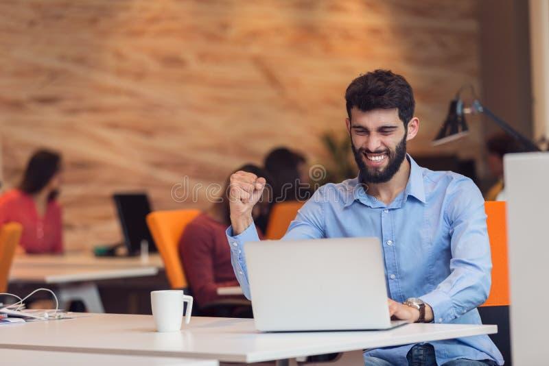Hombre de negocios moderno caucásico barbudo joven que se sienta en una oficina de lanzamiento imagenes de archivo