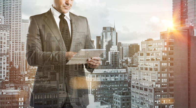 Hombre de negocios moderno con la tableta foto de archivo