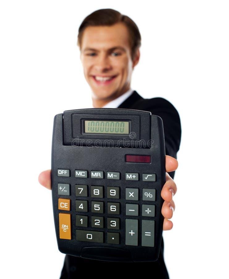 Hombre de negocios moderno que muestra la calculadora imagen de archivo