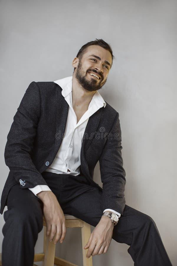 Hombre de negocios moderno Hombre sonriente en juego fotos de archivo