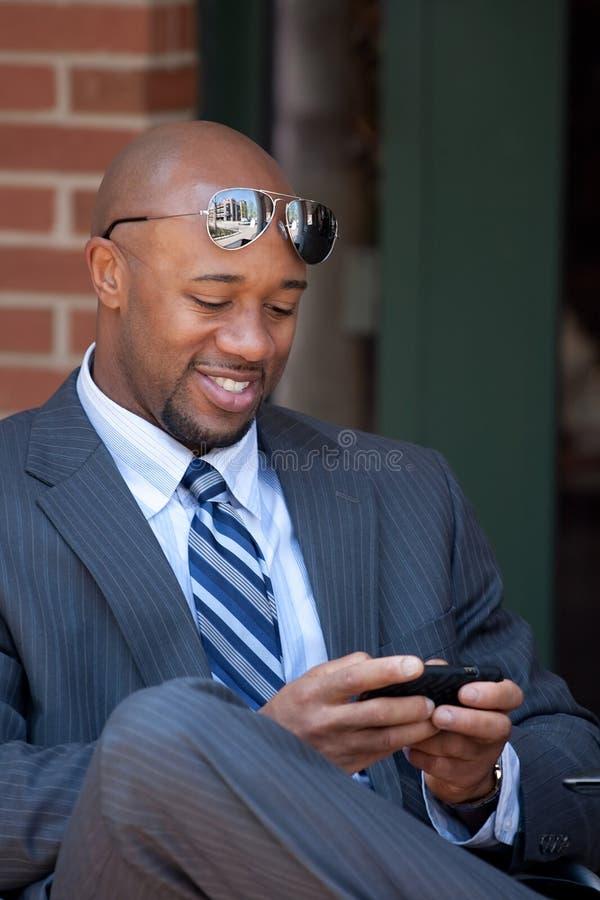 Hombre de negocios moderno Texting imagenes de archivo