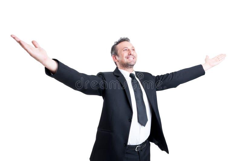 Hombre de negocios muy acertado que estira los brazos abiertos de par en par foto de archivo libre de regalías