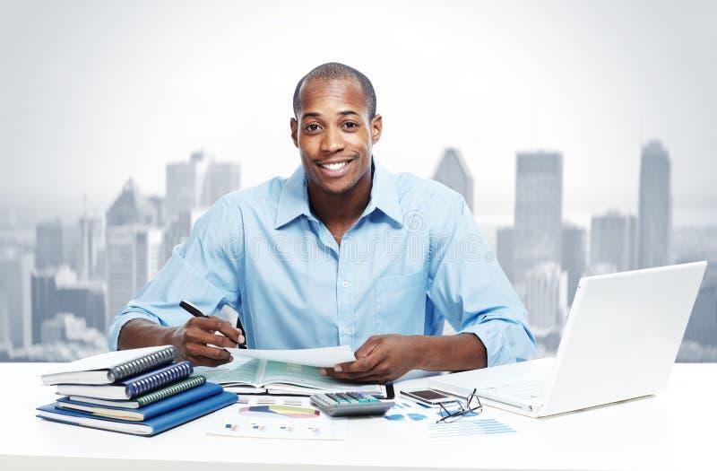 Hombre de negocios negro afroamericano en oficina fotografía de archivo
