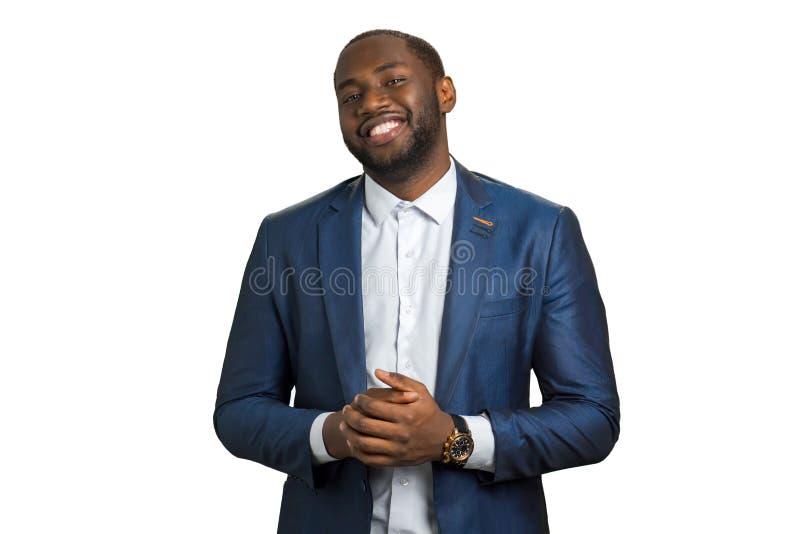Hombre de negocios negro sonriente en el fondo blanco fotos de archivo